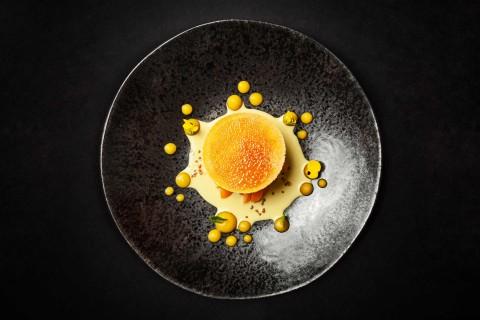 Kokosový crème brûlée, pistáciový crème pâttisière, physalis a mandarinky