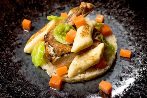 Perlička, restované bramborové šišky, kapusta, bílé zelí, šalvějová omáčka