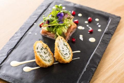 Křupavý kozí sýr, jablečno-rebarborové chutney, frise salát, champagne dresink